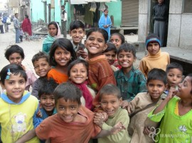 children-gather-for-a-photo-india